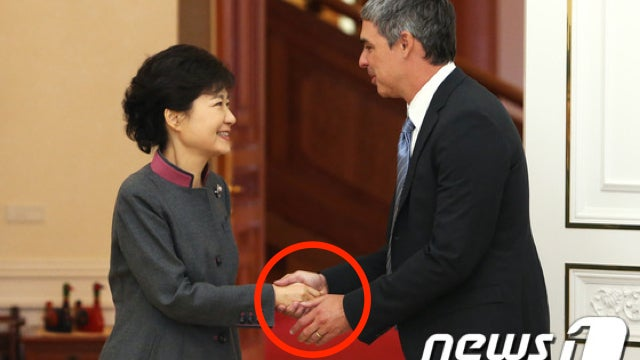 Larry Page Shows Bill Gates How It's Done in South Korea