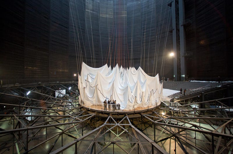 """Construyen una gigantesca """"catedral"""" de tela encerrada en un antiguo tanque de gas"""