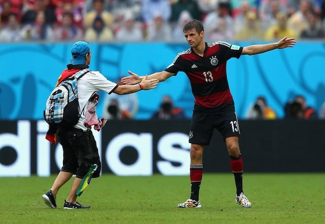 Soccer Bro Invades Pitch, High Fives Thomas Müller