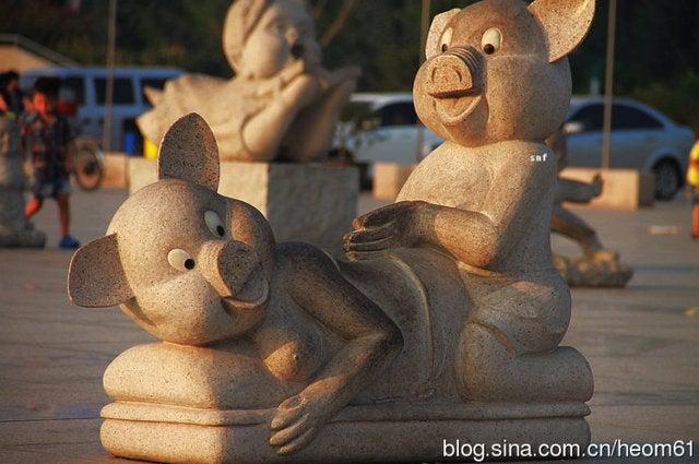 """""""Vulgar"""" Sculpture Does Not Depict Pig Sex"""