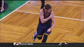 Kevin Love Races To Locker Room After Dislocating Shoulder