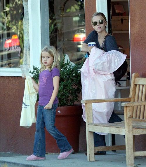 Gwen's Baby Goes Barefoot; Brad & Angie Bond; Erykah Visits Israel