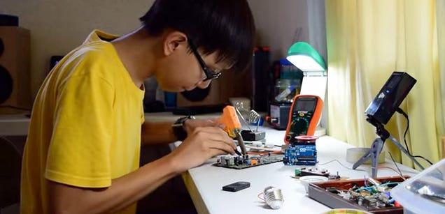 Un adolescente idea un sistema para cargar el móvil mientras caminas