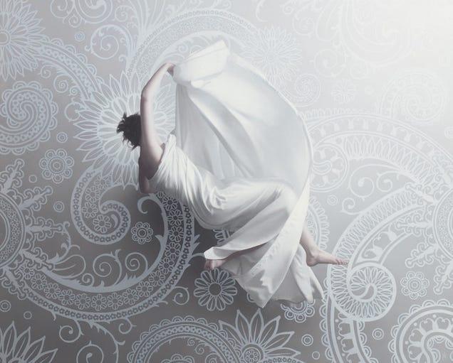 Stunning hyperrealistic oil paintings of womenfloating in zero gravity