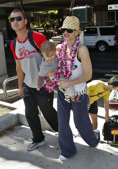 What A Gentleman: Gavin Rossdale Gives His Lei To Baby Kingston