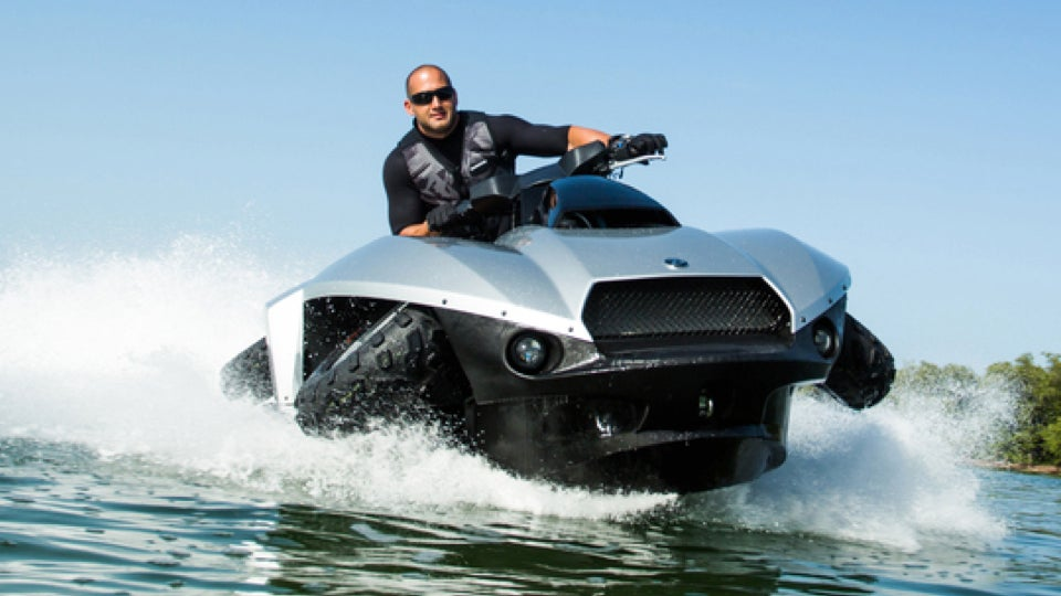 первый в мире квадроцикл, который позволяет легко перемещаться не только по пересеченной местности, но и по воде