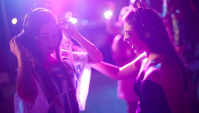 Loud Music Tricks Your Brain Into Thinking Alcohol is Delicious