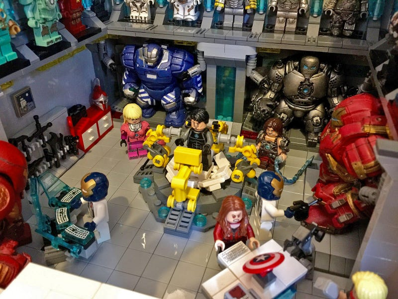Talented Lego Customizer Recreates Iron Man's Vast Suit Collection Using Minifigs