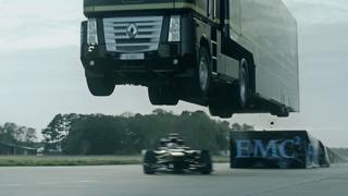 Increíble salto de un camión sobre un coche de F1 a toda velocidad