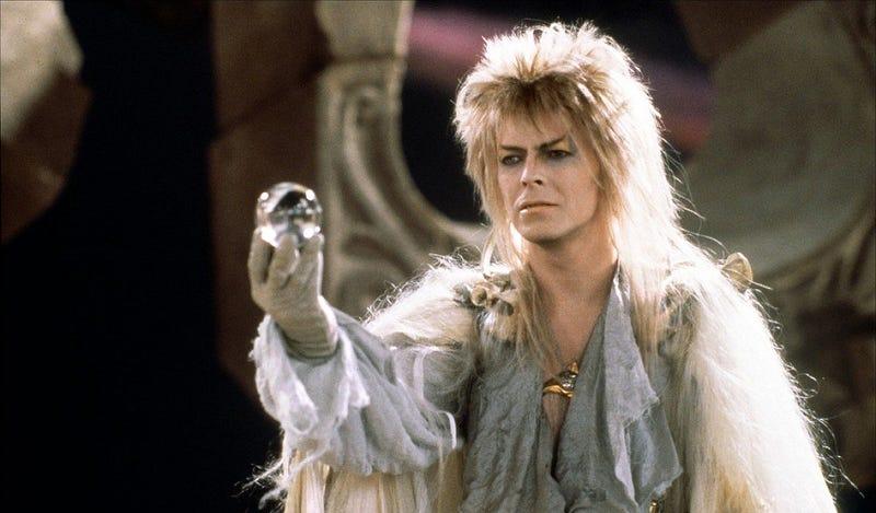 David Bowie encarnando a Jareth, el villano de la historia