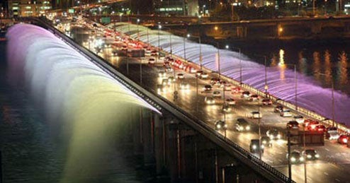 Seoul's Banpo Bridge Turns into Gigantic Fountain, Puts NYC's Waterfalls to Shame