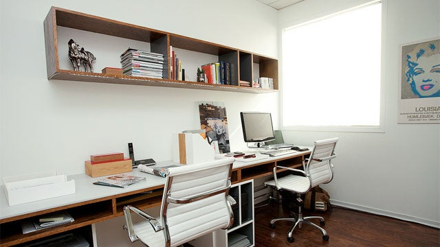 Woodgrain and white light an organized minimalist workspace - Small work spaces minimalist ...