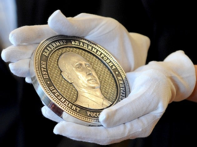 PUTIN MAKES LARGE COIN TO CELEBRATE ANNEXATION