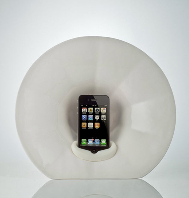 An iPhone 4 Amplifier That Doesn't Need Any Electricity