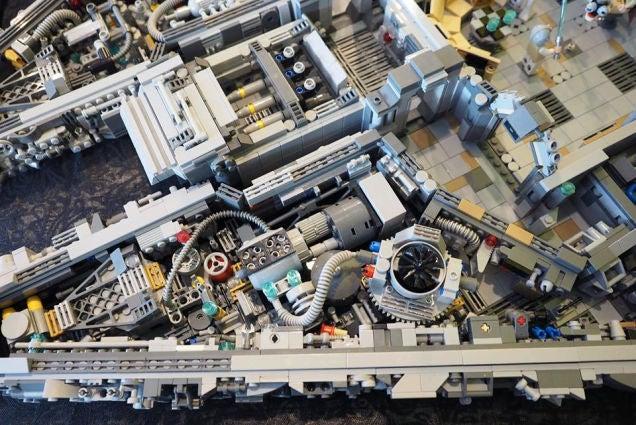 El interior del halc n milenario hecho de lego es una obra for Interior halcon milenario