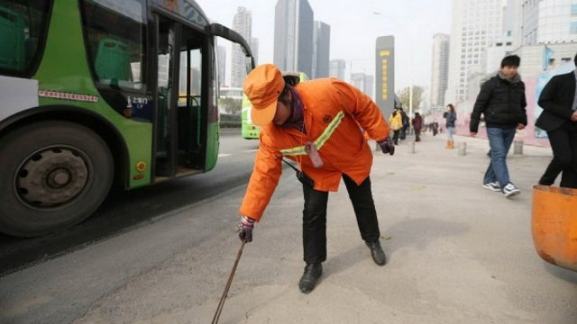 Chinese Millionaire Keeps Street Cleaner Job to 'Set an Example' for Her Children