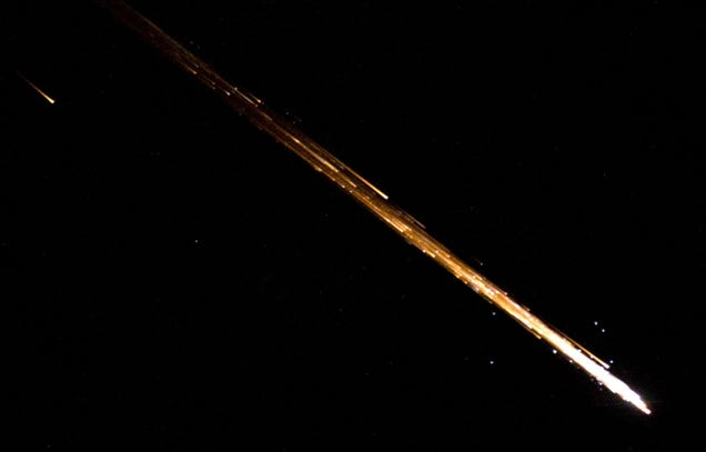 Crystal clear photo of the fiery reentry and destruction of a spaceship