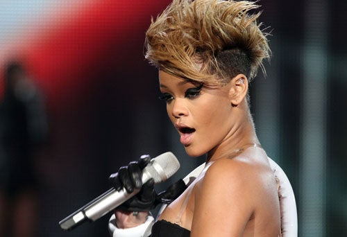 "Rihanna Encounters Chris Brown, Broken Bottle; Anne Hathaway: ""I'm Not Very Pretty"""