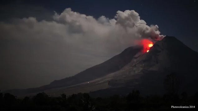 Spectacular video of the Sinabung volcano spitting lava