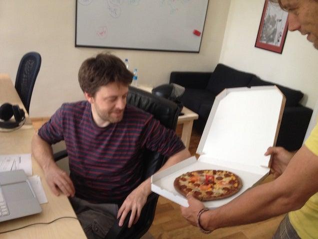 Norbi Alien-nyálkával kent jógaszőnyeget árul pizza néven