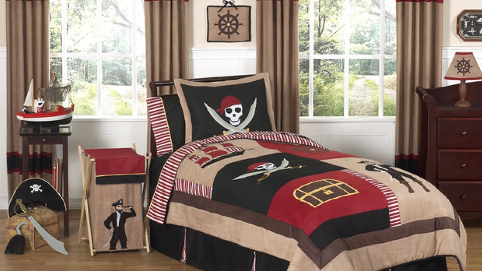 this pirate themed bedroom set is the greatest thing ever