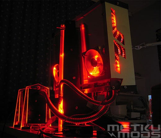 HybRed PC Casemod Gives the iMac a Severe Inferiority Complex