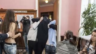 Bréking: vetkőző ukrán nők akcióztak Grani kommentelő lépcsőházában!