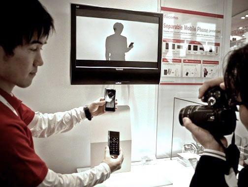 NTT DoCoMo Snap-Apart Phone Belongs in Museum of WTF