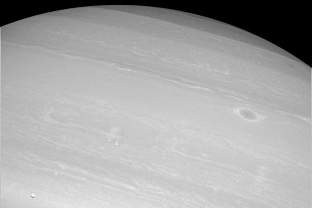 El diminuto tamaño de Encélado comparado con la inmensidad de Saturno