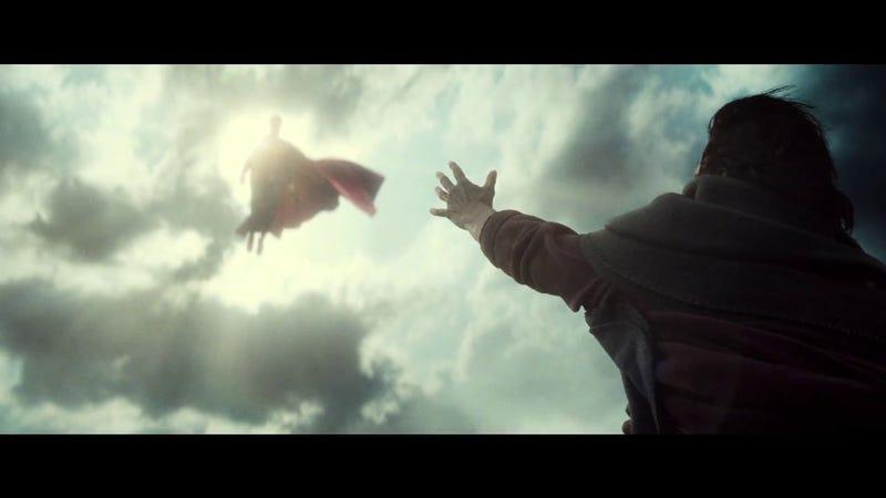 Uma mulher com a mão para cima olhando o Superman voando contra o sol