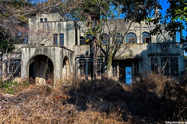 This Modern Japanese Ruin Would Make a Fascinating Computer Game