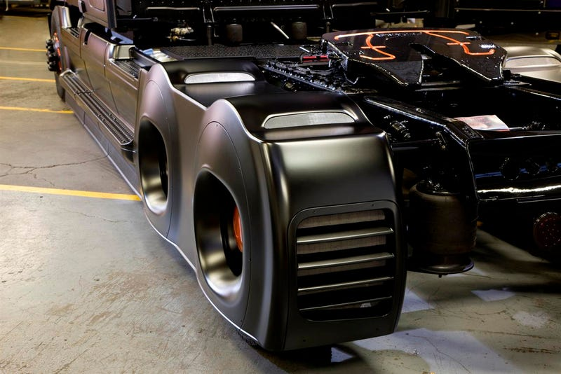 "Freightliner ""Innovation Truck"" Has A Huge Aero Kit"