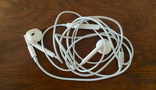 ¿Quieres evitar que tus auriculares se enreden? Éste es el truco