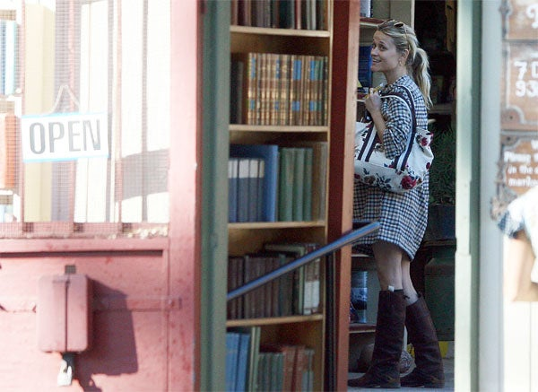 Reese Witherspoon: Shelf Pleasuring
