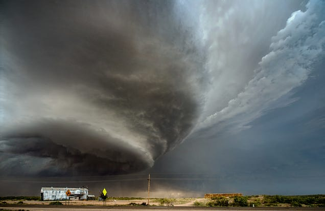 Photographer captures perfect photos of spectacular storms