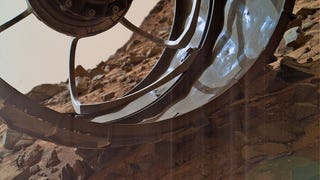 Curiosity rover snaps cool Mars shot through damaged wheel
