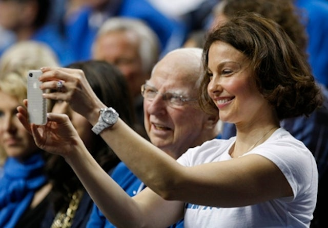 Ashley Judd Stole A Kentucky Player's Phone Last Night, Sent Handwritten Note In Apology
