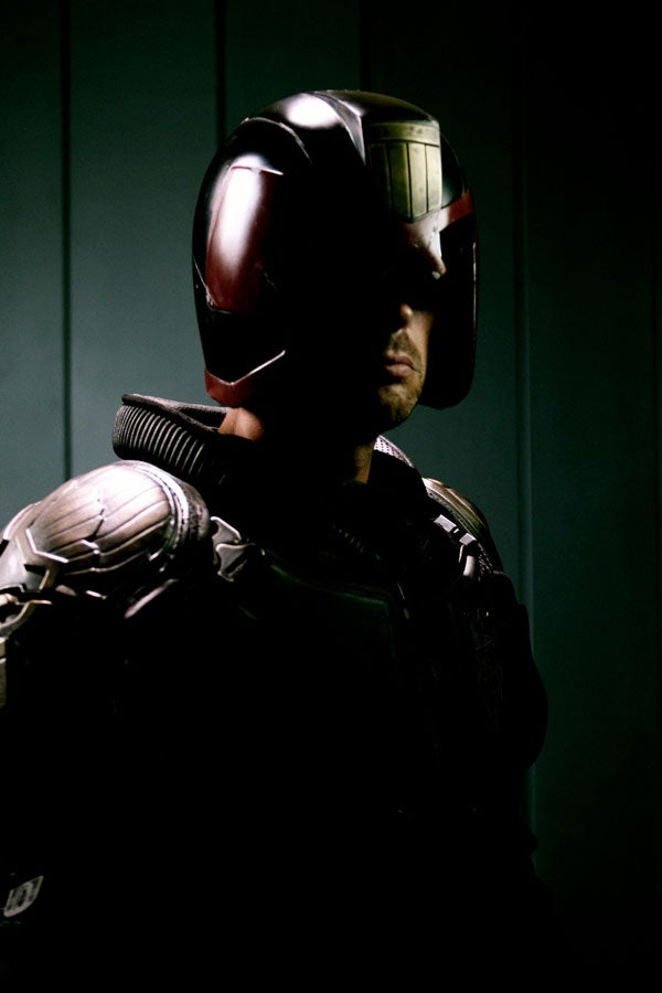 New Judge Dredd movie photo shows that Dredd doesn't remove his helmet in the dark