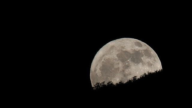 A new theory on why the moon looks bigger on the horizon