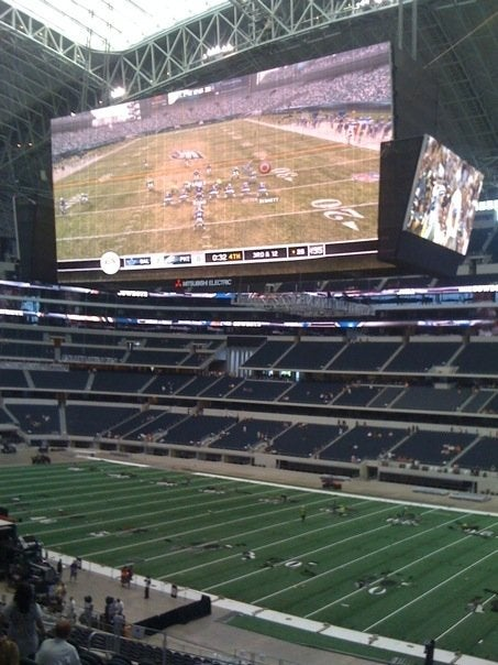 First Football Game In Cowboys Stadium Played On World's Largest HDTV