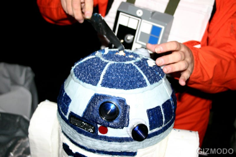 R2-D2 Cake Brings Balance to the Force, Dorkiness to Wedding