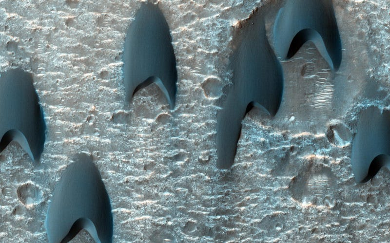 Uh, what the hell are these v-shaped formations doing on Mars?