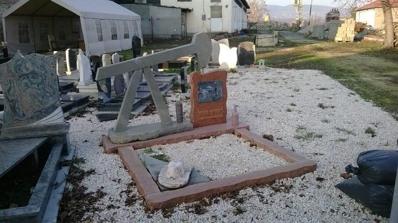 Halj meg Pomázon, ezért az olajkutas sírkőért érdemes