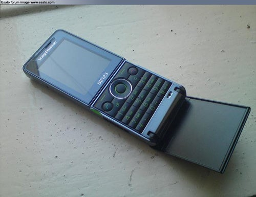 Two New Sony Ericsson Flip Phones Look a Little Stylish and a Lot Boring