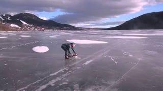 Feltalálták a világ legjobb jeges sportját: a láncfűrész-korcsolyázást