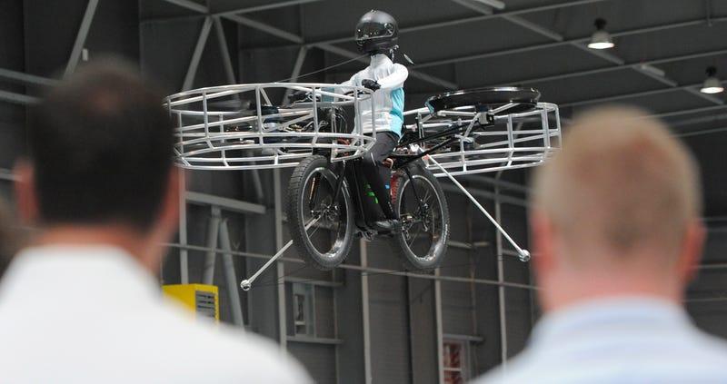 Esta surrealista bicicleta-helicóptero vuela de verdad