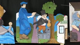 Hatalmas kisember számoltatja el a bankokat a Holnemvolt Parkban
