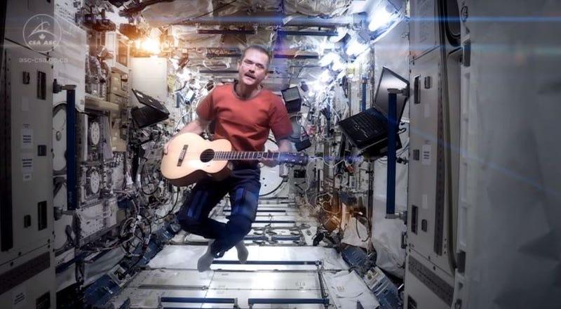 Az űr legszórakoztatóbb parancsnoka David Bowie-val búcsúzik