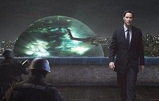 Keanu Reeves Wreaks Alien Havoc on 'Four Christmases'