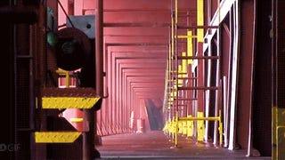 Dermesztően nyeklik-nyaklik a világ egyik legnagyobb hajója a viharban